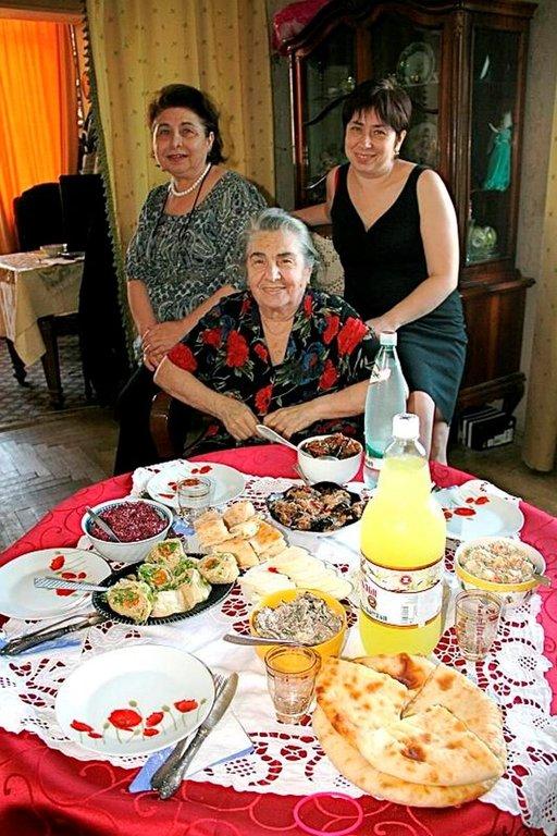 Jos georgialainen kutsuu kotiinsa syömään, ei kannata kieltäytyä. Vieraalle tarjotaan ikimuistoinen ateriakokonaisuus, josta toipuminen vie aikaa. Vieraanvaraisuuteen kannattaa vastata runsailla tuliaisilla. Pöytä notkui herkkuja Tkablatzen perheen kodissa.