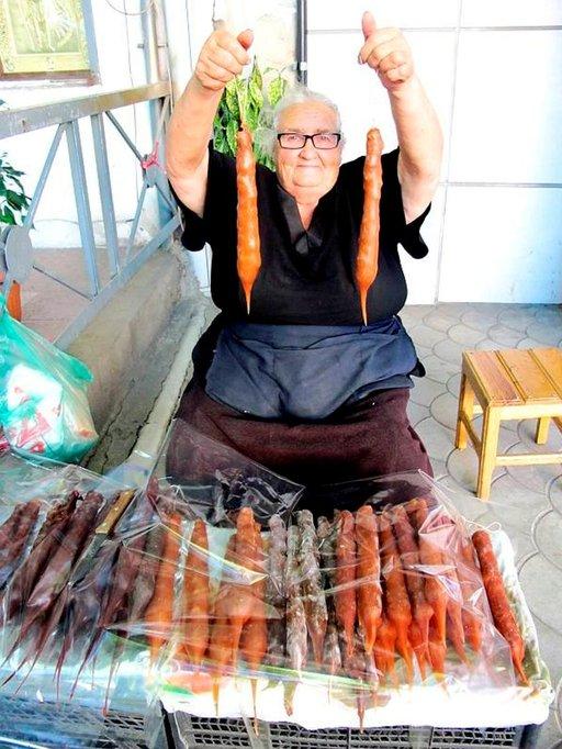 """Tbilisin katujen varsilla istuskelee mummoja, jotka myyvät """"karkkeja"""" eli viinirypälemehusta, hunajasta ja pähkinöistä valmistettuja 10 päivää kuivatettuja kynttilänmuotoisia tshurtsheloja."""