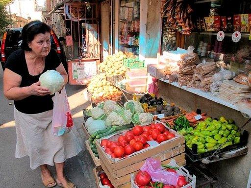 Vihanneskauppa käy tuoreiden tuotteiden ja edullisten hintojen ansiosta. Sipulit, tomaatit, chili, pippurit ja pähkinät ovat georgialaiskeittiön must. Munakoiso, yrtit ja perunat keventävät lihapatoja.