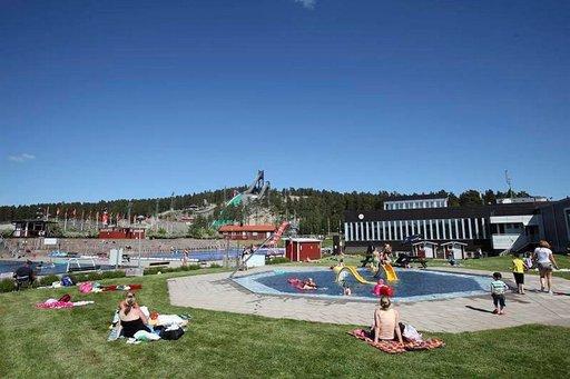 Falunin hiihtokeskus näyttää kesällä aivan toiselta kuin talvella. Helmikuussa näissä maisemissa on hiihdon MM-kisat.