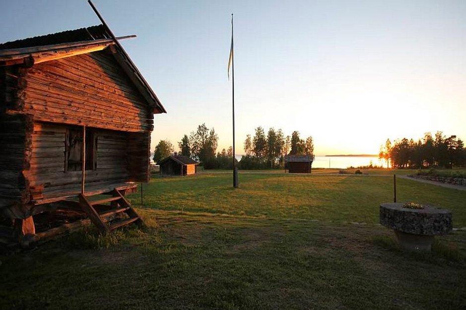 TAALAINMAALLA AISTII&nbsp;<br /> suomalaisten karjamajojen&nbsp;<br /> nostalgiaa ja ruotsalaisten&nbsp;<br /> paraatipihojen kauneutta