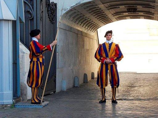Vatikaania vartioi sveitsiläiskaarti komeissa puvuissaan.