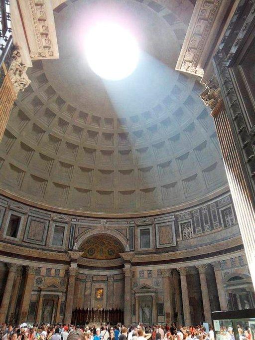 Pantheoniin tulvii taivaallista valoa.