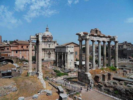 Forum Romanumilla on mukava paistatella päivää.