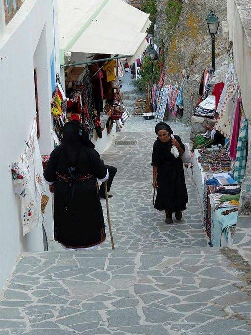 Paikalliset naiset perinteisissä puvuissaan