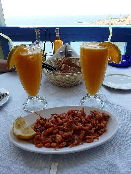 Herkullisia, vaaleanpunaisia katkarapuja ja tuorepuristettua appelsiinimehua á la Dimitri.