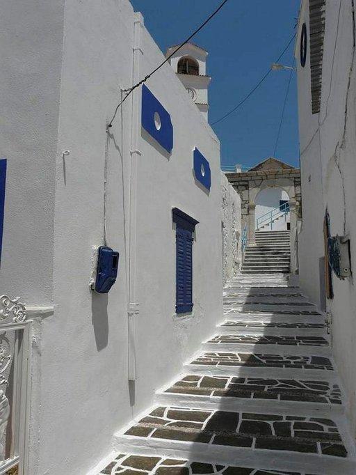 Portaat ylös Kárpathoksen tunnetuimpaan kirkkoon, jota kutsutaan nimellä Kimisis Tis Thetokou, Neitsyt Marian taivaaseen astumisen kirkko.