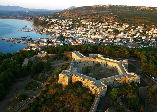 Niokastro-niminen turkkilaisten 1500-luvun loppupuolella rakentama linnoitus vahtii Costa Navarinon lahden rannalla sijaitsevaa Pylosin kaupunkia.