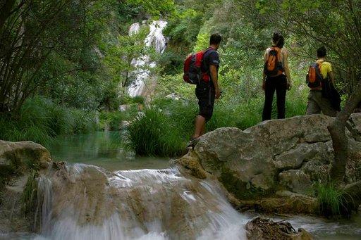 Peloponnesoksella on paljon vaihtoehtoja aktiiviseen lomailuun. Patikoijille on tarjolla upeita reittejä jokineen ja vesiputouksineen.