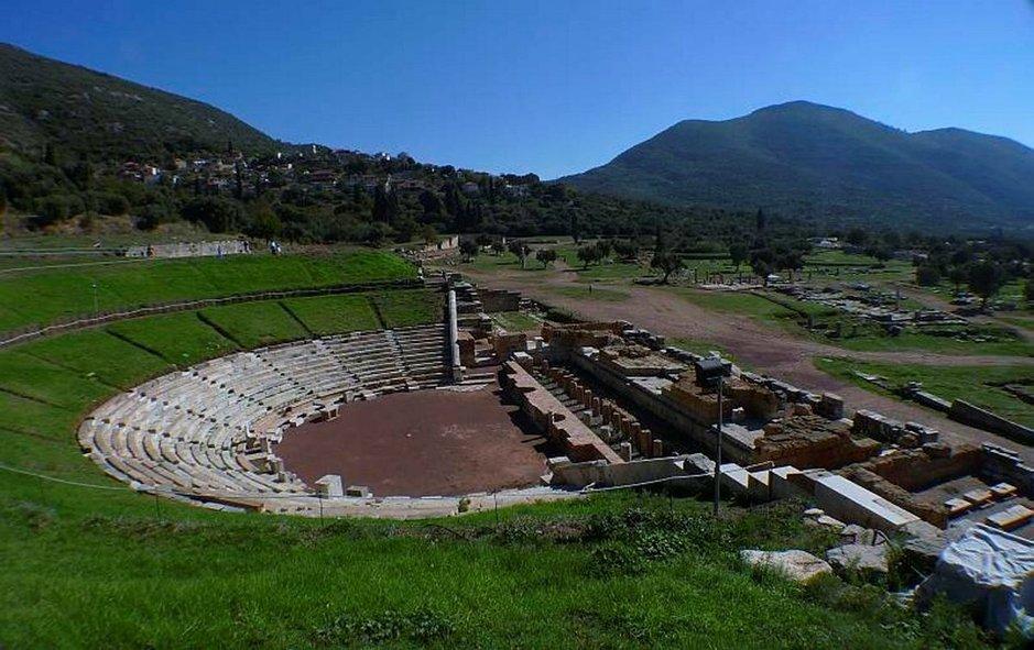 Antiikin Messinia oli hieno kaupunki noin 400 vuotta ennen ajanlaskun alkua. Sen aika loppui vuorten takana asuvien spartalaisten valloitukseen. Hyvin säilynyt teatteri oli myös kokousten ja neuvottelujen pitopaikka.