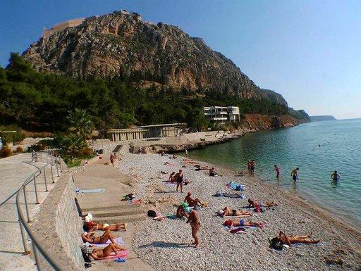 Yli 200 metrin korkeuteen yltävä linnoitusvuori suojaa Nafpliosin kirkasvetistä Arvanitia-uimarantaa. Kaupungin keskustan läheisyyden ranta on erityisesti vanhempien ihmisten suosiossa.