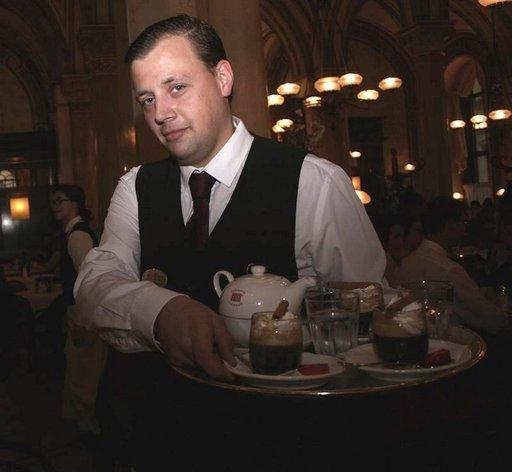 Tarjoilijoiden pukukoodi on klassinen; valkoinen paita ja tumma liivi tai takki.