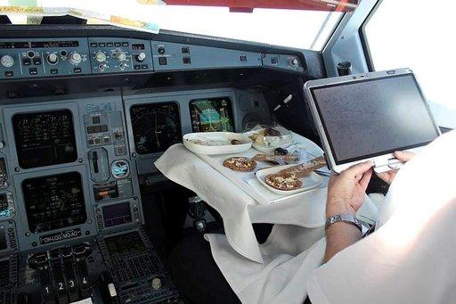 Ohjaamossa kapteeni ja perämies nauttivat aina erilaisen aterian.