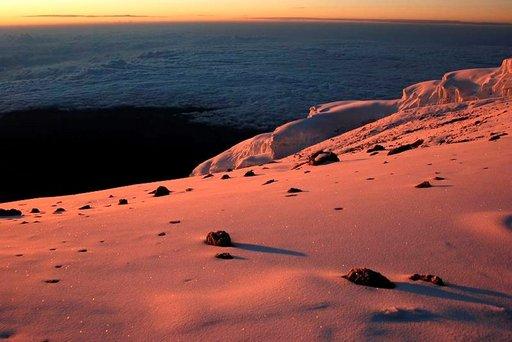 Kalderan reunalle Stella Pointiin saavuimme auringon ensisäteiden mukana.