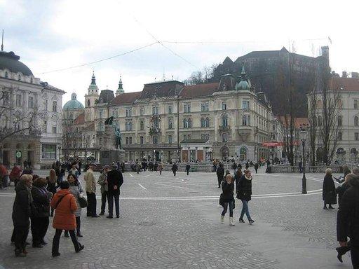 Kaupungin sydän on Presernov trg –aukio, josta Kolmoissilta johdattaa Vanhankaupungin kaduille.
