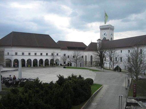 Kaupungin linna on rakennettu 1200-luvulla tukikohdaksi, mutta on sen jälkeen toiminut myös kuninkaallisten asuntona.