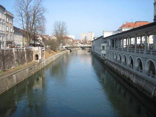 Kaupunkia halkoo Ljubljanica-joki.
