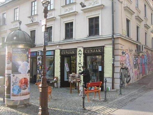 Vanhankaupungin kauppiaat virittelevät pihakauppaa jo maaliskuun alussa.