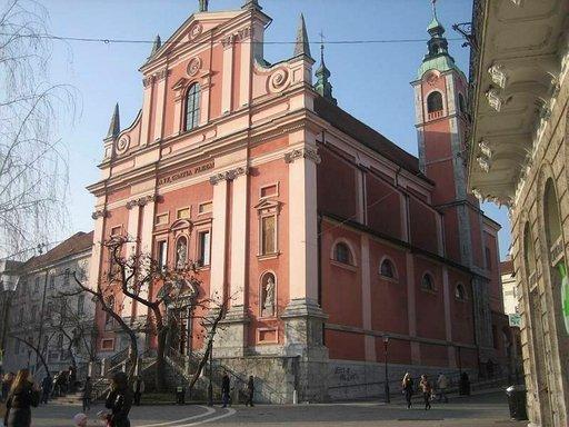 St. Nicholasin katedraali sijaitsee Vanhassakaupungissa.