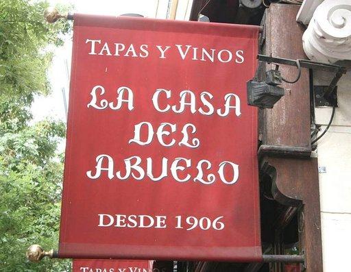 Viiniä ja tapaksia Casa del Abuelossa (isoisän talossa) Goya-kadulla.