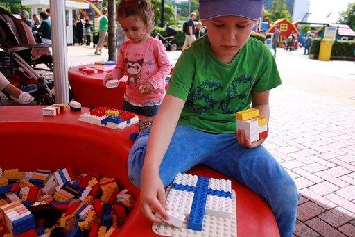 Maailman suurin Lego-shop on myös leikkipaikka. Rauhallisen taustamusiikin äärellä on mukava unohtua leikkimään legoilla.