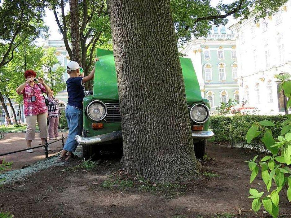 Vaikka Ladoja vielä näkyykin Pietarin katukuvassa, alkavat ne venäläisillekin olla jo nostalgisia harrastuskohteita. Belgialainen taiteilija Francis Alýs ajoi Ladan puuta päin Eremitaasin sisäpihalla osana Manifesta-nykytaidetapahtumaa. Valokuvaajia ja koeistujia auton ympärillä riitti.