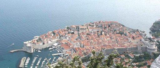 Korkealta Srd-kukkulalta katsoen Dubrovnik on kuin satujen laiva