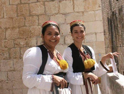 Dalmatian tyttöjä perinteellisissä asuissa