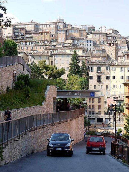 Umbrian pääkaupunki Perugia kohoaa korkeuksiin. Kätevä Minimetro tuo rautatieasemalta Pincettoon, joka sijaitsee historiallisen keskustan laidalla.