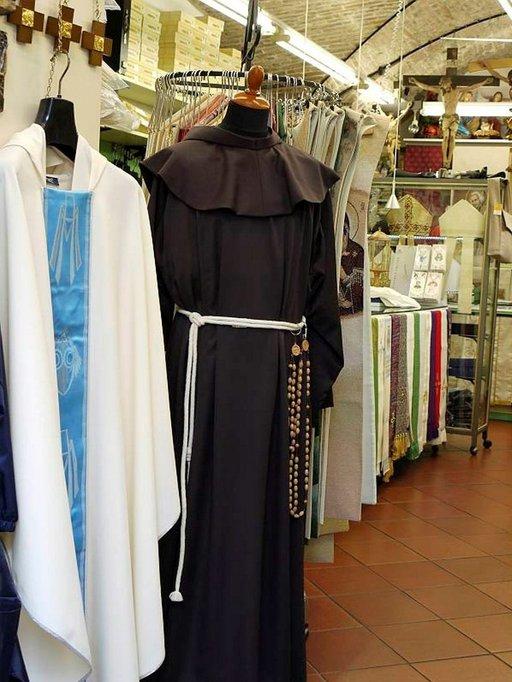 Uskonnollisuus näkyy Assisissa kaikkialla. Fransiskaanimunkkien asuun kuuluu ruskea kaapu ja köysivyö.