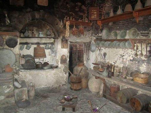 Munkkien elo korkeuksissa on ollut askeettista, kuten luostarimuseon keittiöstä huomaa.