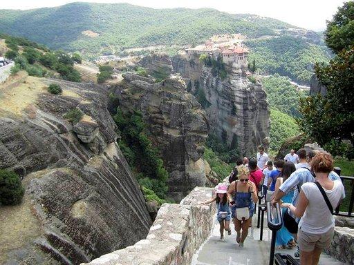 Pääluostarin askelmia kuluttaa katkeamaton turistien virta.