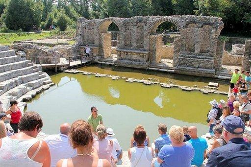 Tanssikengät eivät kastu, sillä maailmantähdille rakennetaan Butrintin amfiteatteriin puinen lava.