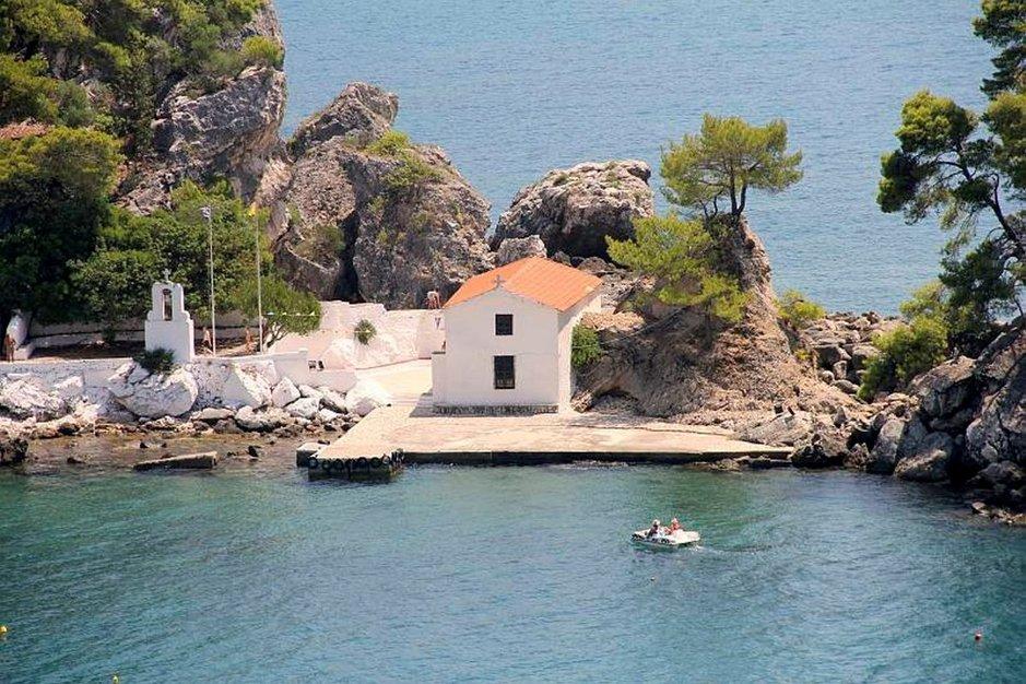 Neitsyt Marian kirkkoon Panagian saarelle pääsee kaupungin uimarannalta vaikka kahlaamalla.