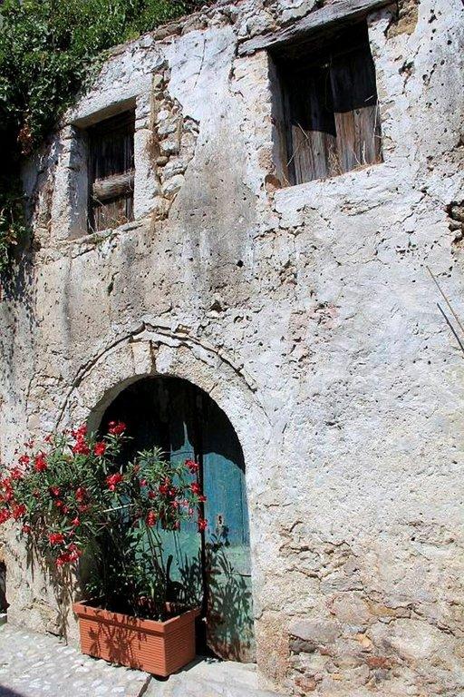 Sata vuotta sitten oliivitehtaan aasit pidettiin alhaalla tallissa, poimijatytöt asuivat yläkerrassa.