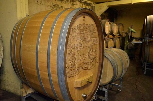 Viini kypsyy tynnyrissä.