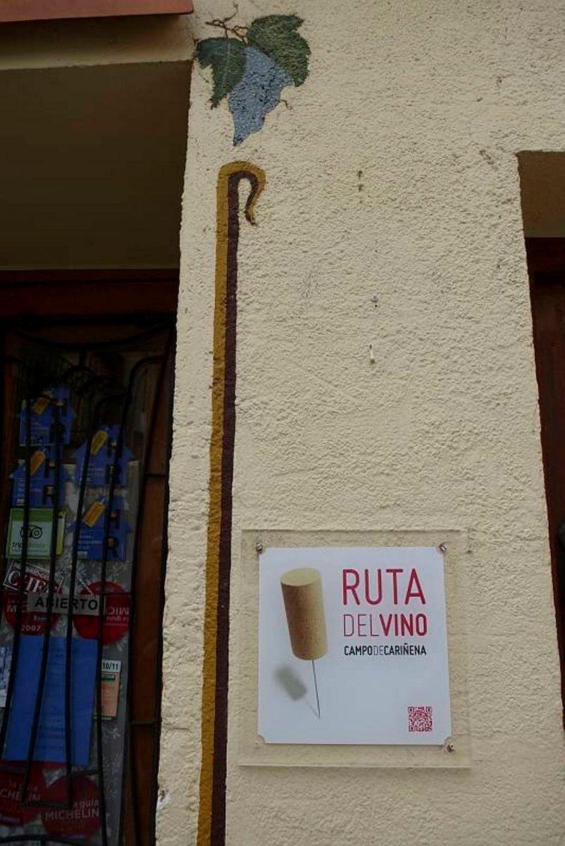 Ovenpieleen maalattu teksti kertoo, että ravintola kuulu viinireitin toimijoihin.