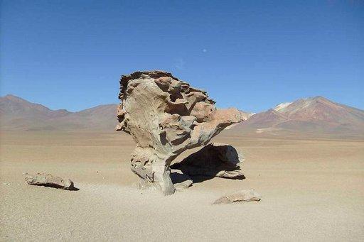 Tuulen syövyttämä Arbol de Pietra -kivipuu pysyy pystyssä kuin ihmeen kaupalla.