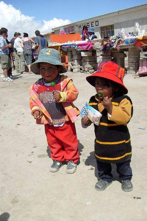 Bolivialaiset lapset tekevät innokkaasti tuttavuutta matkailijoiden kanssa.