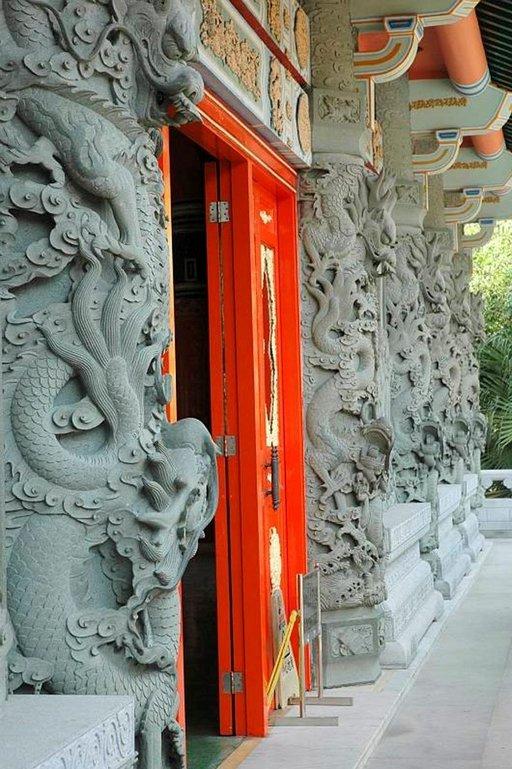 Taidokkaat ornamentit koristavat temppelin sisäänkäyntiä.
