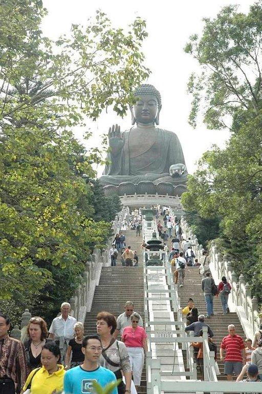 Patsas on niin valtava, ettei siitä saa oikein käsitystä lähietäisyydeltä ja kauempaa yli kolmekymmentä metriä korkea Buddha on vaikuttava näky.