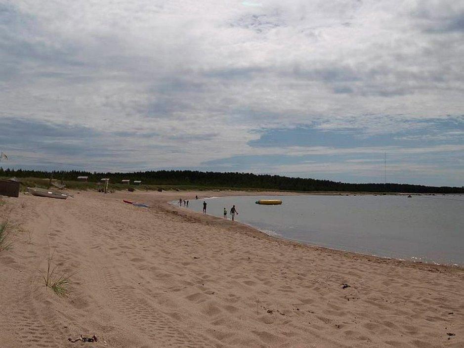 Kirjailijan ylistämää Hiidenmaan hiekkarantojen tyhjyyden kauneutta.