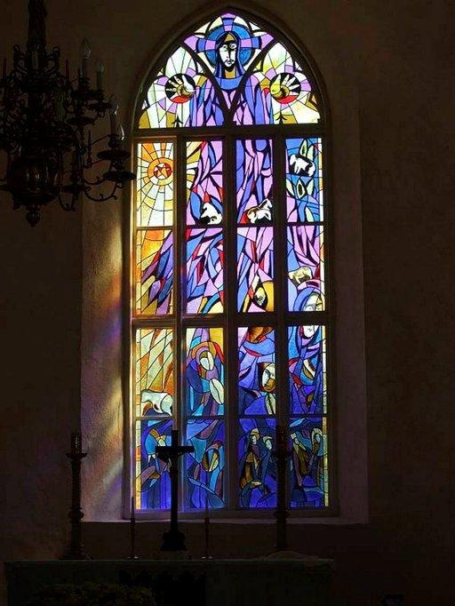 Pyhalepän 1200-luvulla rakennetun kirkon uusitut ikkunat kertovat Hiidenmaan kauneudesta.