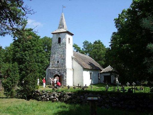 Metsän kätköstä löytyy tämä 1600-luvulta peräisin oleva Kassarin kappeli. Hautausmaan erikoisuus on kiviristit.