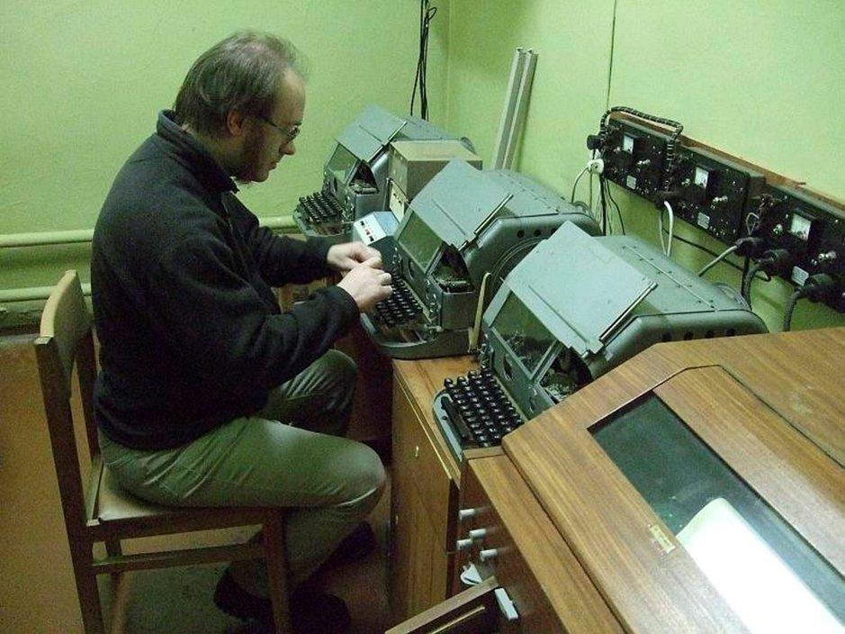 Bunkkeri on kuin telemuseo. Näitä laitteita opas kutsuu telefaxin isoisiksi. Niitä käytettiin Sveitsissä vielä viime vuosina, sillä niiden tietoturva on 100-prosenttinen.