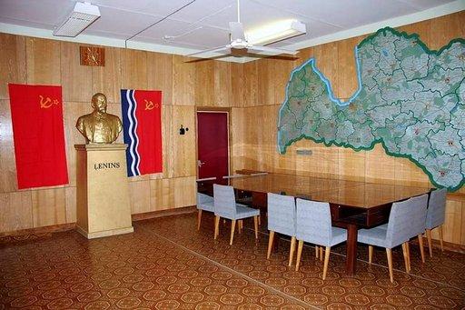 """Jotta kokoushuoneen seinälle saatiin Latvian suurikokoinen kartta, se piti ryövätä maatalousministeriöstä. Tosin se on maan kolhoosikartta, josta löytyy sellaisia kolhoosien nimiä kuten """"Leninin Kipinä""""ja """"Punainen Nuoli""""."""