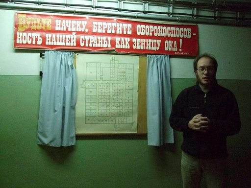 Verhojen välissä on bunkkerin pohjapiirros ja seinällä teksti: Olkaa varuillanne, varjelkaa maamme puolustuskykyä kuin silmäteräänne!
