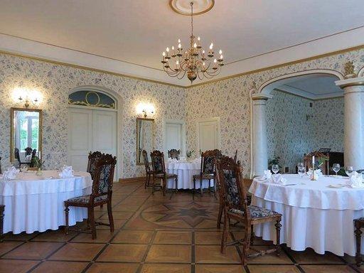 Padisen kartanon hienoon ravintolasaliin otettiin reissussa rähjääntynyt vieraskin vastaan ystävällisesti.