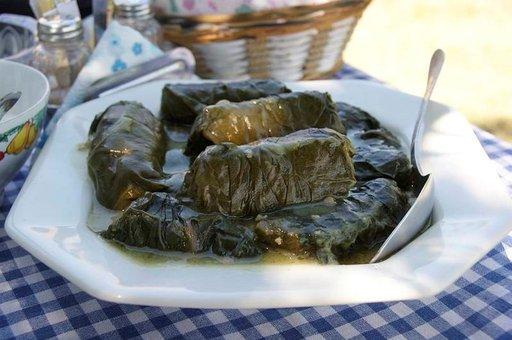 Mehevissä sarma-kääryleissä liha on kääritty viininlehtiin.
