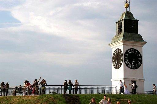 Petrovaradin linnoituksella voi ajankulua seurata veikeästä kellotornista, jonka viisarit ovat tutusta asetelmasta toisin päin: iso viisari osoittaa minuuttien sijaan tunteja.